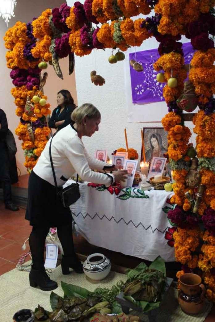 Familiares de los académicos fallecidos prendieron una vela y colocaron su imagen en el altar del Fesapauv