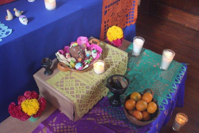 Personal del CECC montó un altar de muertos dedicado a intelectuales fallecidos este año