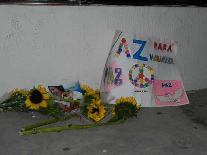 Una ofrenda floral, una solicitud de paz y velas, testimonios del clamor universitario tras la marcha en la región Veracruz