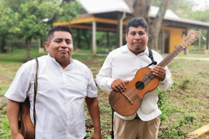 Fortino Martínez Hernández y Celestino Hernández Florencio, egresados de la UVI e integrantes del grupo Gantatzotzona