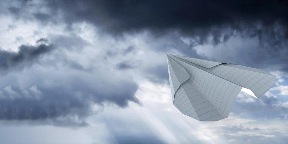 空 紙飛行機