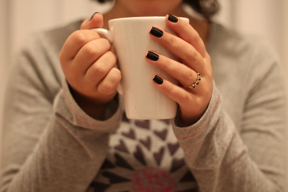 女性 家の中 マグカップ カップ 爪 ルーム 朝 茶 指 エナメル質