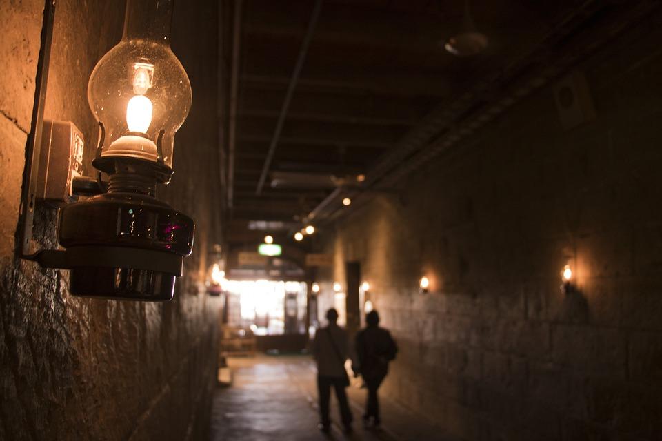 図 カップル ランプ 点灯 光 ランタン 暗い 人々 観光 日本