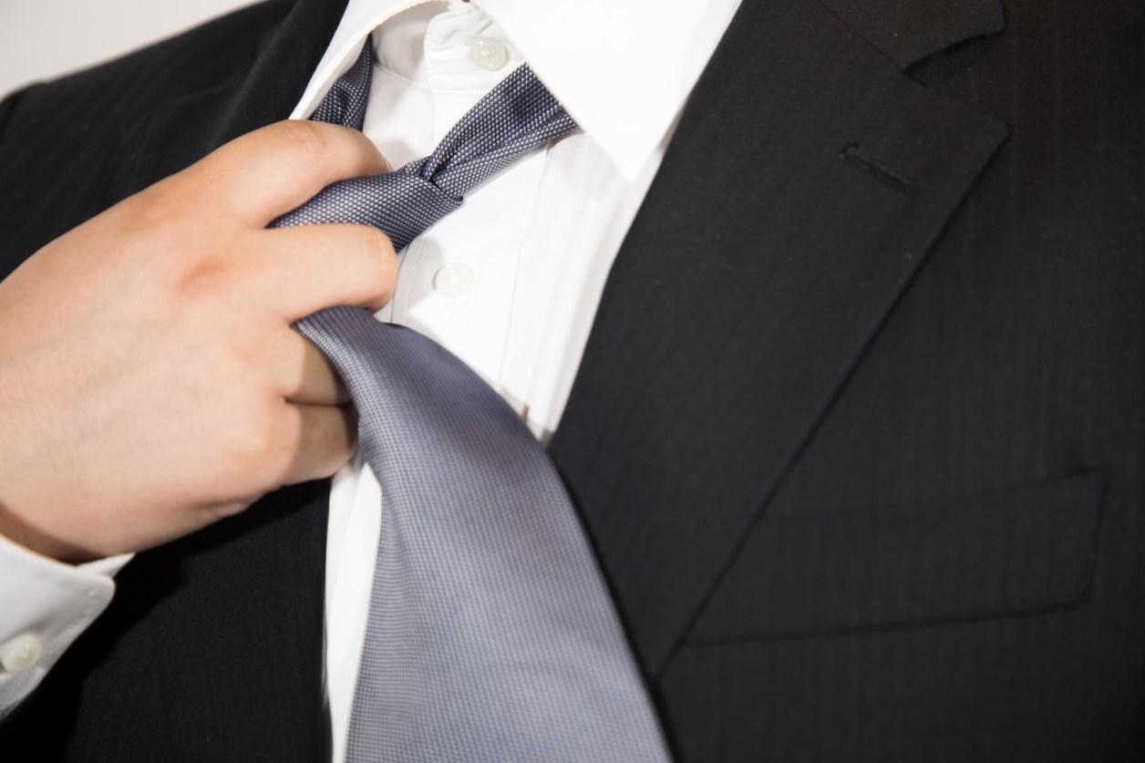 スーツ 男性 ネクタイ