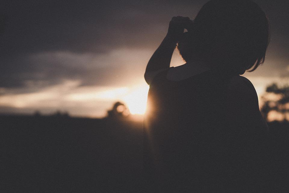 日光 暗い 日没 空 クラウド ぼかし 人 だけで 悲しい 女性 思考