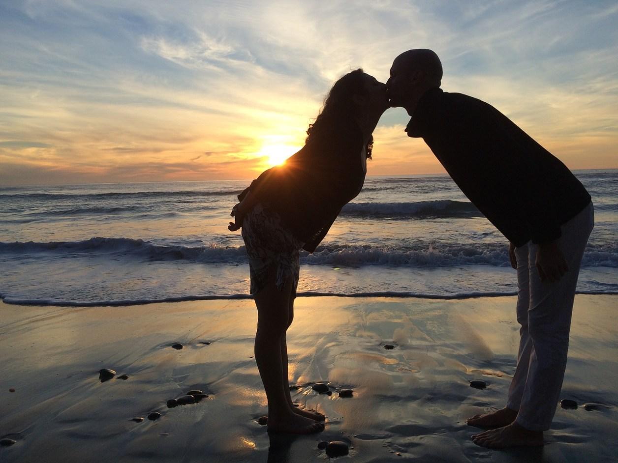 愛 カップル ビーチ キス 愛のカップル 幸せ ロマンチック 一緒に ロマンス
