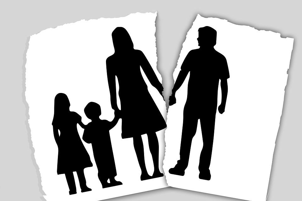 家族 離婚 分離 前 結婚の離婚 子供 父 母 娘 息子 シルエット 失敗します