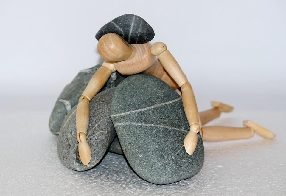 Holzfigur 石 生活闘争 抵抗器 無力 倒されました 倒れた 落ちる 不幸 秋