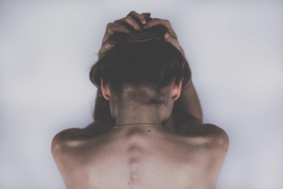 女性 悲しい うつ病 頭痛の種 痛む 人 体 解剖学 脊椎 肩 戻る 髪 皮膚 痛み