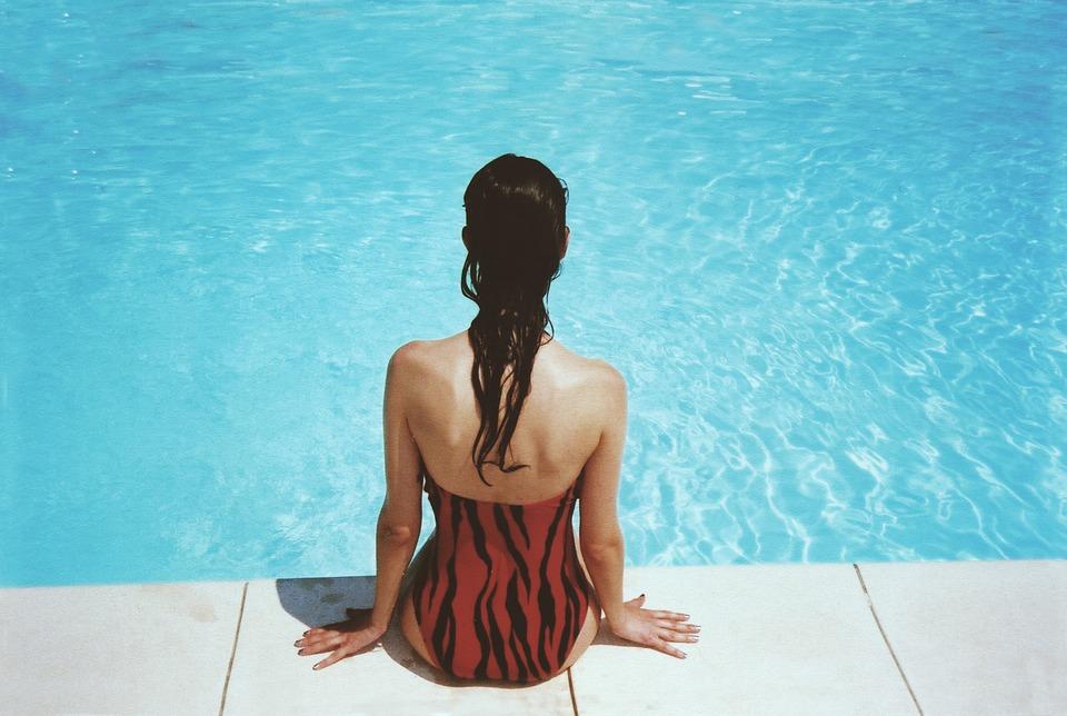 女性 座っている プールサイド 水泳 プール 女の子 夏 水 レジャー 休日 水着