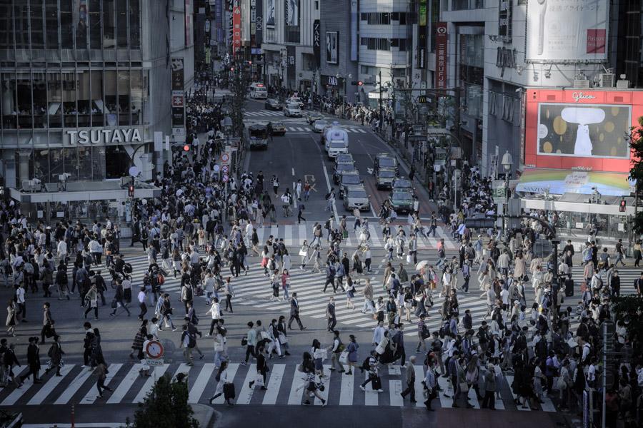 東京都 渋谷 スクランブル交差点 人 偶然 すれ違う