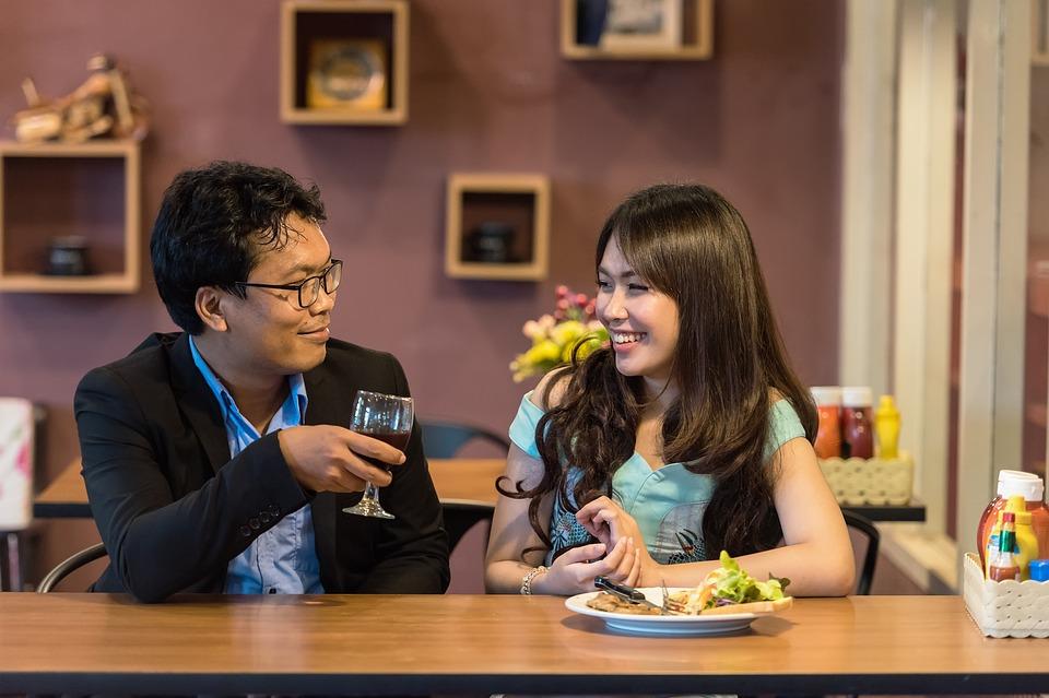レストラン いちゃつく カップル 歓声 食品 大人 アジア ガール フレンド 陽気な 夕食