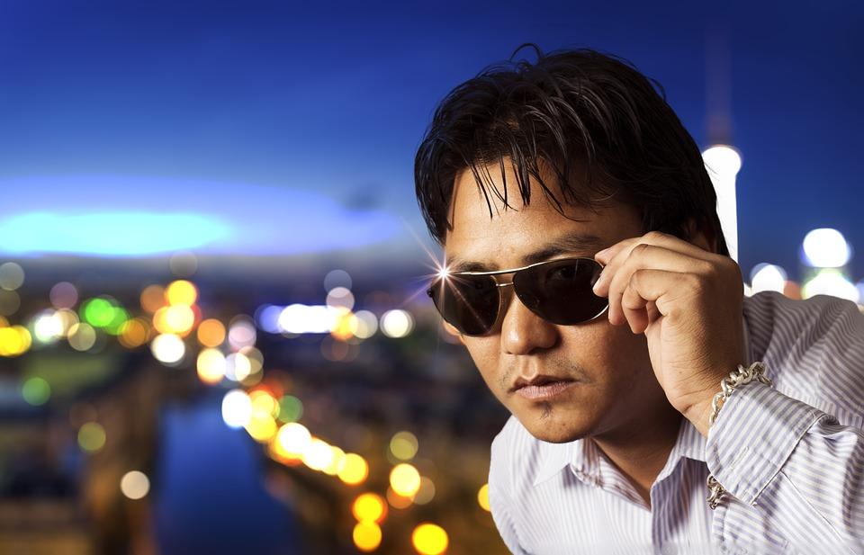 シェアハウス オーナー 韓国人 アジア人 怪しい サングラス 浮気