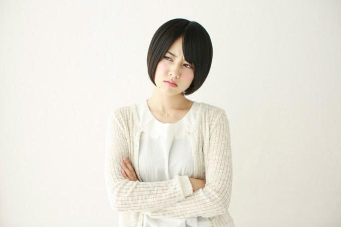 腕を組んで睨み付ける日本人女性