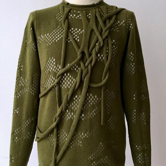 camouflage-ribbons-uweurbansky-olivgruener-kaschmir-merino-pullover-mit-camouflage-lochmuster-und-strickbaendern