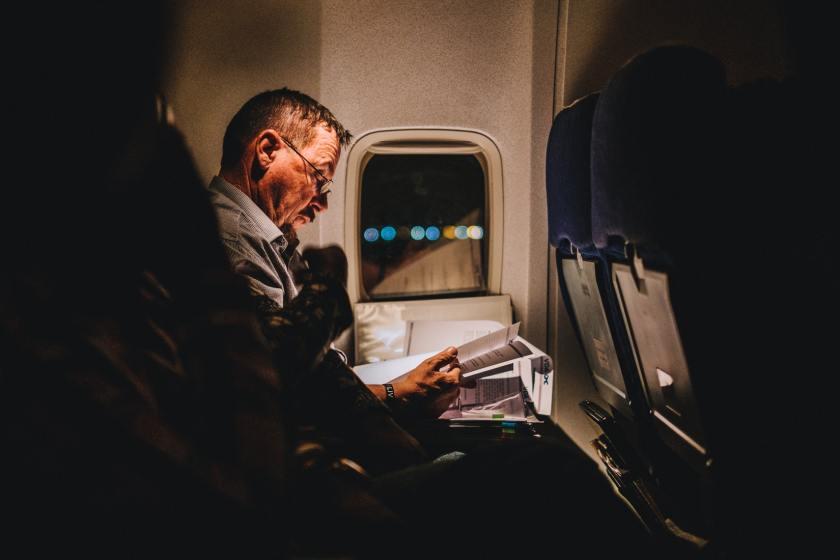 homme lisant une histoire dans l'avion