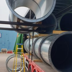 Loading large fully welded pipes onto lorry