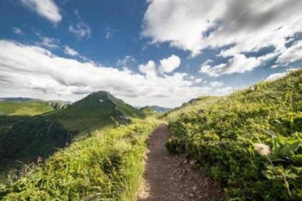 Faire une balade sur les pentes du Puy Mary dans le Cantal