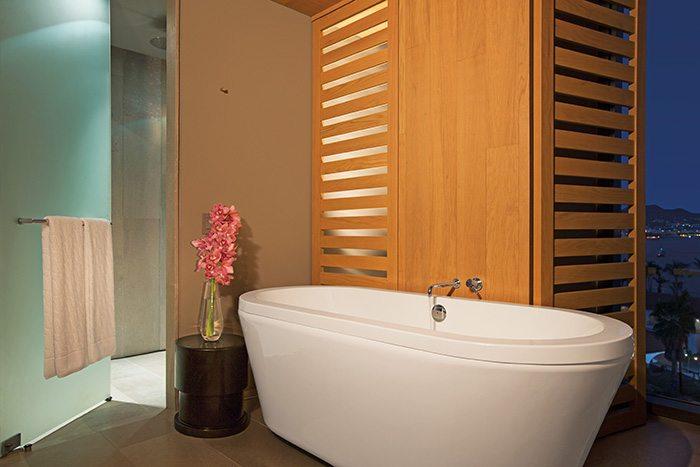 xhale club Master One Bedroom Suite Ocean View bathtub.