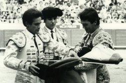 Momento en el que Víctor Mendes, en presencia de Joselito, cede los trastos a Ángel Lería.