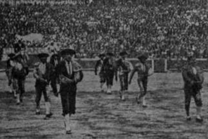 Larita haciendo el paseíllo montera en mano. 18 de septiembre de 1927