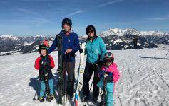Kinderen leren skiën in st. Johann in Tirol