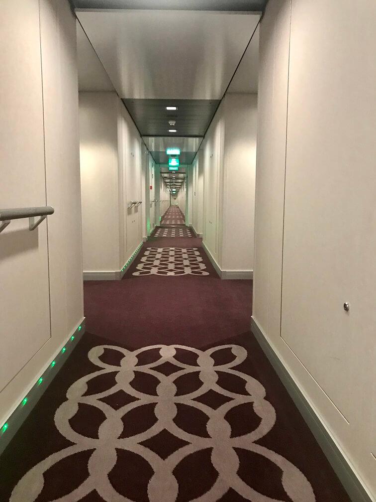 Eindeloze gangen aan boord van een cruiseschip