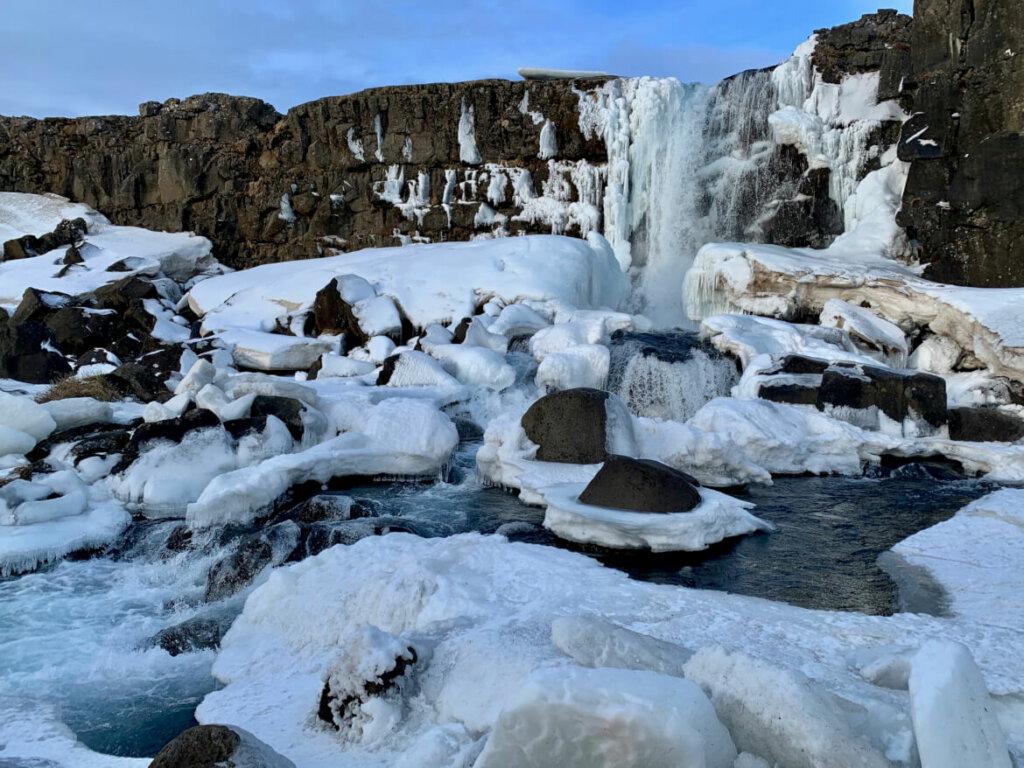 Waterval in Tingvellir - mooi in de winter van IJsland door sneeuw en ijspegels