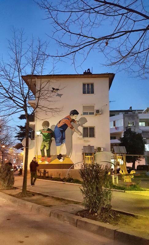 Visitare Tirana con i bambini, graffiti