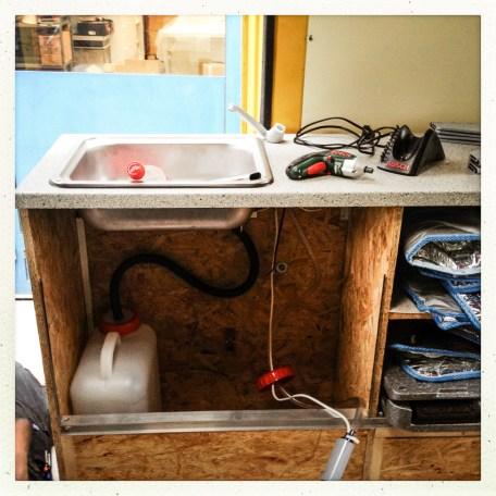 Lavabo mit dem fast fertigen Frisch-/Abwassersystem in Kanistern.