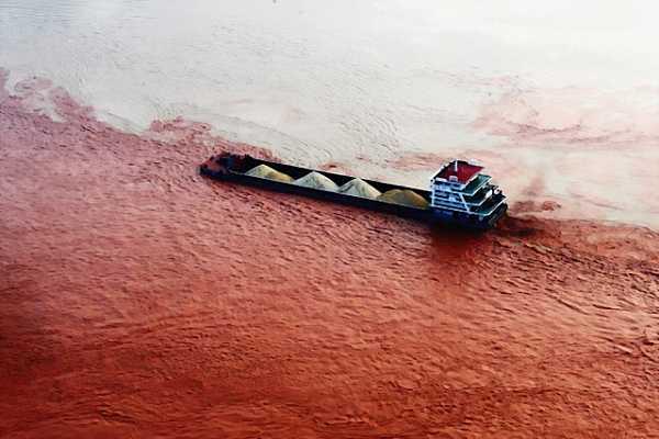 Ship travels through the red Yangtze