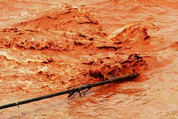 yangtze-river-runs-red