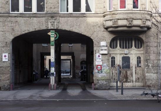 VELKOMMEN INN. For å finne Vagant-kontoret går man gjennom portalen, inn i gård tre, finner første inngang og banker på i fjerde etasje.