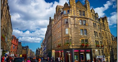 Street scene in Edinburgh, photo by Moyan Brenn