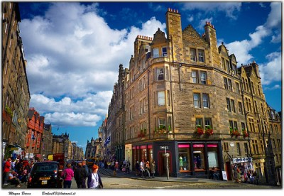 Street scene in Edinburgh, photo by Moyan Brenn