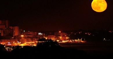 Albufiera full moon photo by Andrew Tijou