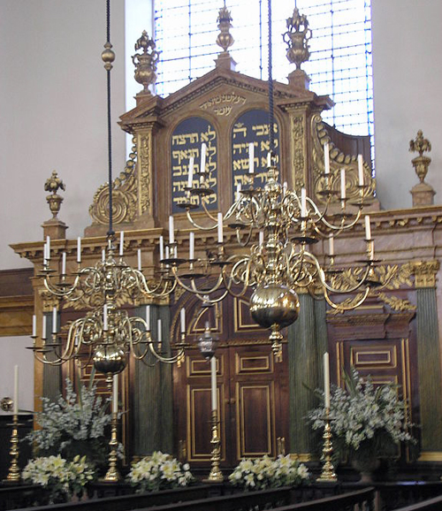 Interior of the Bevis Marks Synagogue in the City of London By Deror avi (Own work) [Attribution], via Wikimedia Commons