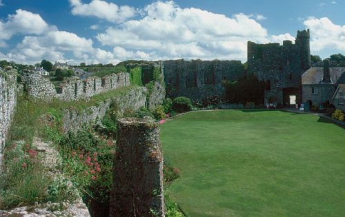 Inner ward of Manorbier Castle, located near the village of Tenby in South Wales/GB By Manfred Heyde (Own work) [GFDL (http://www.gnu.org/copyleft/fdl.html) or CC-BY-SA-3.0-2.5-2.0-1.0 (http://creativecommons.org/licenses/by-sa/3.0)], via Wikimedia Commons
