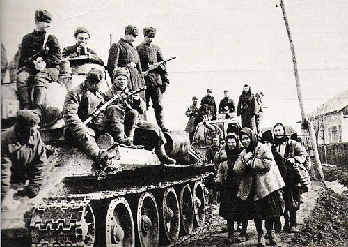 Soviet troops in the Ukraine during the Great Patriotic War (1944) By fotoreporter sovietico sconosciuto [Public domain], via Wikimedia Commons