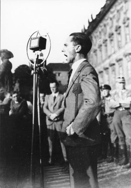 Bundesarchiv Bild 119-2406-01, Berlin-Lustgarten, speaker Joseph Goebbels