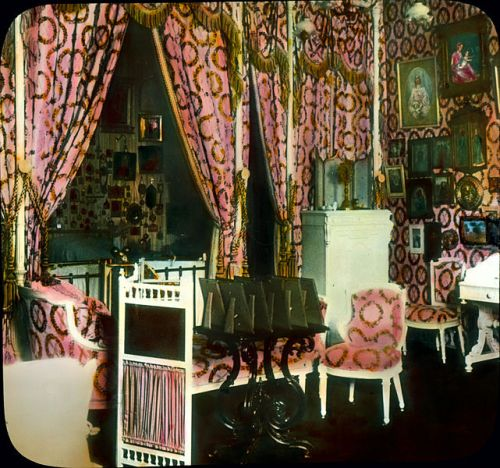 Pushkin (Tsarskoe Selo). Alexander Palace: interior, imperial bed room (by architect Roman Meltzer, 1902) by Branson DeCou [Public domain], via Wikimedia Commons-_Imperial_bed_room