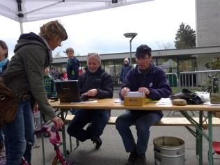 Schon wieder ein Velo verkauft; Pit (links) und Dominik an der Kasse am Nachmittag.