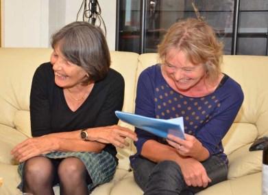 Lustig wars, wie immer: Christine Romei (links) und Monika Rast eröffnen die Generalversammlung 2011.