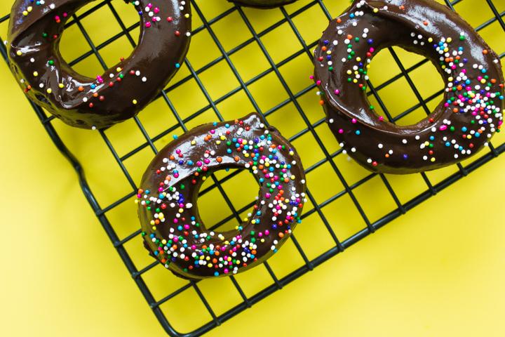 Donuts com massa e cobertura de chocolate #donuts #donut #vaicomeroque #receita (1 of 1)-13
