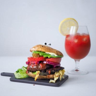 Vegaaninen perunankuoriburgeri portobellopihvillä