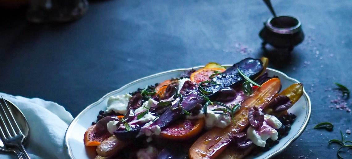 Paahdetut porkkanat veriappelsiineilla ja oliiveilla
