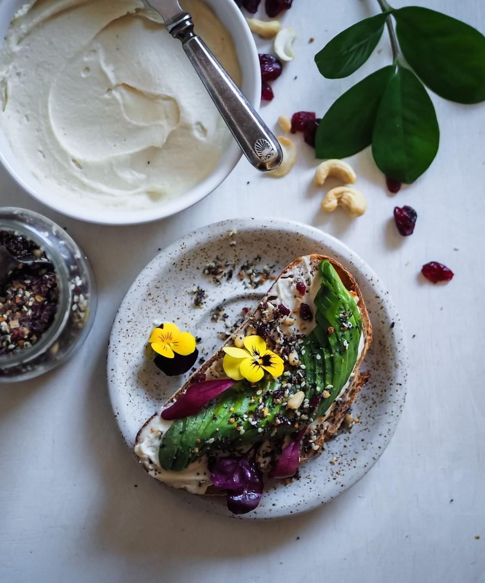 Everything seasoning & cashewtuorejuusto (vain bagel puuttuu)