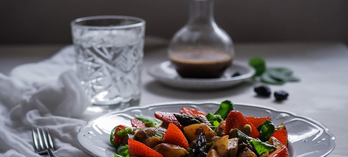 Punavihreä perunasalaatti & musta valkosipulikastike