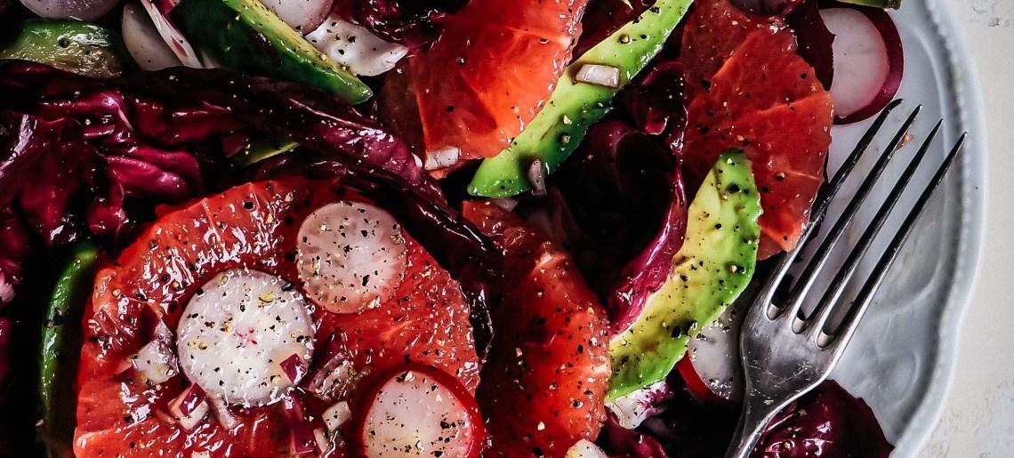 Punasikurisalaatti verigreipillä, avocadolla ja retiiseillä