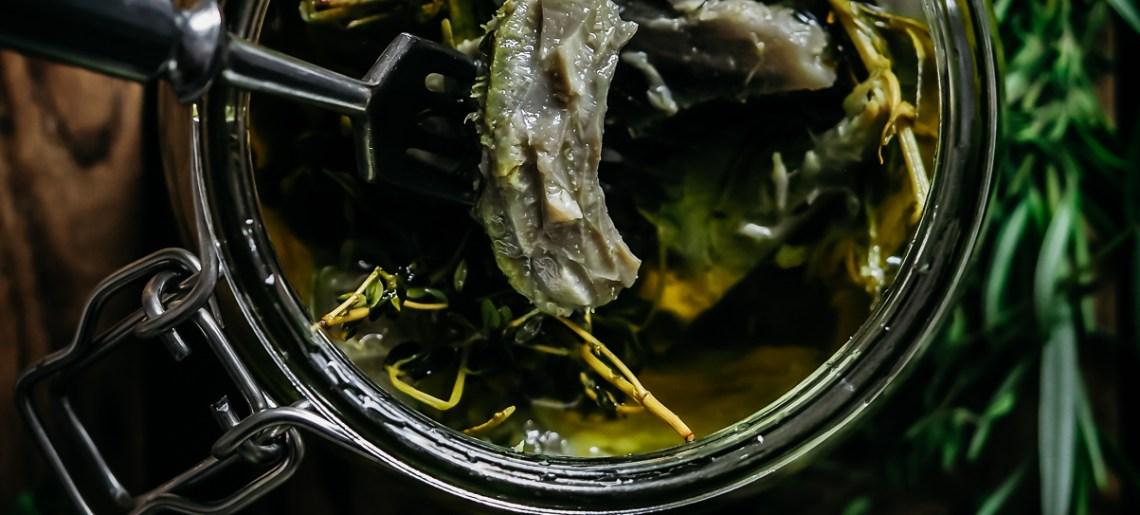 Yrttiöljyssä marinoidut artisokat